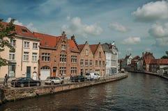 边路和砖瓦房在运河在布鲁日 免版税库存图片