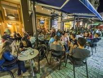 边路咖啡馆在晚上 库存图片