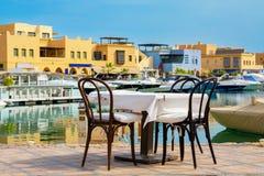 边路咖啡馆在阿布格莱布Tig小游艇船坞 埃及el gouna 库存图片