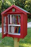 边路图书馆在住宅邻里 库存图片