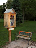 边路图书馆在住宅邻里 免版税库存照片