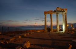 边,土耳其-阿波罗教堂的废墟在古老地中海海岸城市的 免版税图库摄影