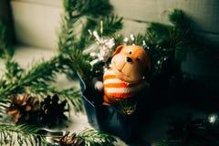 达克斯猎犬小狗和新年礼物 免版税库存图片