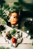 达克斯猎犬小狗和新年礼物 库存图片