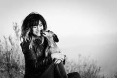 达克斯猎犬被舔的少妇 免版税图库摄影