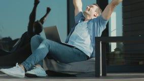 达到企业目标的确信的人 庆祝企业胜利的愉快的人 股票录像