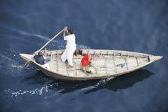 达卡的居民乘小船穿过Buriganga河在达卡,孟加拉国 免版税库存照片