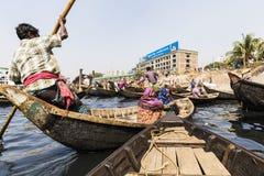 达卡,孟加拉国, 2017年2月24日:乘客在一条木出租汽车小船到达在达卡 免版税库存照片