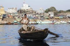 达卡,孟加拉国, 2017年2月24日:在河的木出租汽车小船在达卡 免版税库存图片