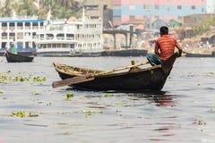 达卡,孟加拉国, 2017年2月24日:小划艇担当在河的出租汽车在达卡 库存照片