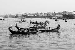 达卡,孟加拉国, 2017年2月24日:小划艇担当在河的出租汽车小船 免版税库存照片