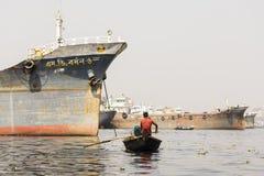 达卡,孟加拉国, 2017年2月24日:有乘客的木出租汽车小船一条河的在达卡 免版税库存照片