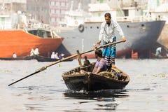 达卡,孟加拉国, 2017年2月24日:有乘客的木出租汽车小船一条河的在达卡 图库摄影