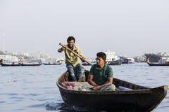 达卡,孟加拉国, 2017年2月24日:有乘客的木出租汽车小船河的 图库摄影