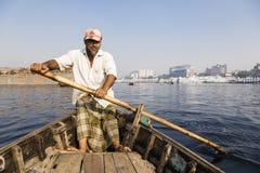 达卡,孟加拉国, 2017年2月24日:特写镜头观点的出租汽车小船的一名划船者 库存图片