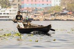 达卡,孟加拉国, 2017年2月24日:观点的一条河的一名老回教划船者在达卡 库存图片