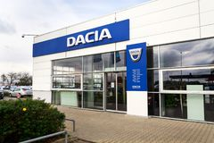 达基亚在经销权大厦的公司商标 库存照片