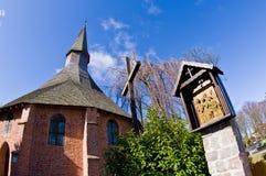 达尔沃沃波兰,圣徒格特鲁德教会在春天 库存照片