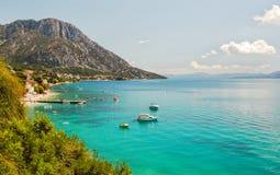 达尔马希亚海岸美丽如画的夏天风景在Brist和Gradac,克罗地亚 免版税库存图片