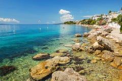 达尔马希亚海岸美丽如画的夏天风景在Brist,克罗地亚 库存图片