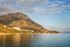 达尔马希亚海岸美丽如画的夏天风景在Gradac,克罗地亚 免版税库存图片