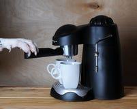 达尔马希亚barista准备咖啡 Dog& x27; 在煮浓咖啡器的把柄的s爪子 库存照片