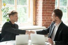 达成关于合作的两个商人协议 库存照片