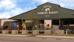 达拉斯与六个金属雕塑的农夫市场,达拉斯,得克萨斯 库存照片