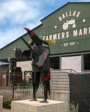 达拉斯与异想天开的狗,六个金属雕塑之一的农夫市场,达拉斯,得克萨斯 免版税库存照片