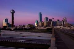 达拉斯,得克萨斯- 2017年12月10日-达拉斯cityskape看法从休斯敦St高架桥桥梁的 免版税库存图片