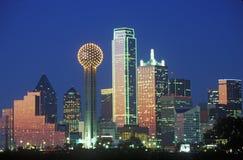 达拉斯, TX地平线在与团聚塔的晚上 免版税库存照片