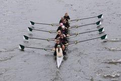 达特矛斯妇女的乘员组在查尔斯赛船会妇女的主要Eights头赛跑  免版税库存图片