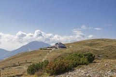 达米亚诺基耶萨小屋在Monte Baldo地区 库存照片
