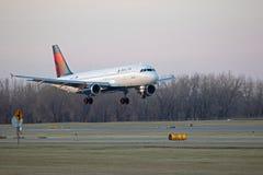 达美航空喷气机着陆 免版税库存照片