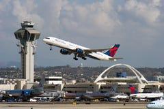 达美航空喷气机离开 免版税库存图片