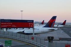 达美航空在柏油碎石地面飞行在JFK国际机场 图库摄影