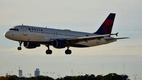 达美航空在跑道的飞机着陆 库存图片