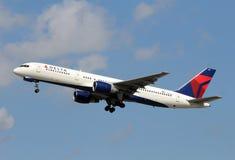 达美航空波音757喷气式客机 免版税库存图片