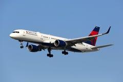 达美航空波音757-200飞机 免版税库存图片