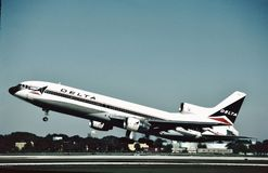 达美航空洛克希德L-1011离去劳德代尔堡, 1984年12月22日的Fl 免版税图库摄影