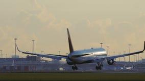 达美航空着陆波音767在斯希普霍尔机场 股票录像