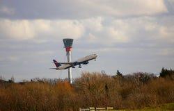 达美航空离开在希思罗机场的波音767 免版税库存图片