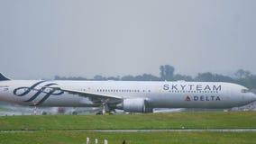 达美航空空中客车A330与天合联盟号衣的 股票视频