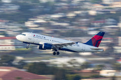 达美航空空中客车A319-114 N369NB离去的圣地牙哥国际机场 库存图片
