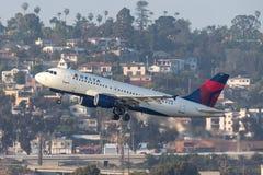 达美航空空中客车A319-114 N336NB离去的圣地牙哥国际机场 免版税库存图片