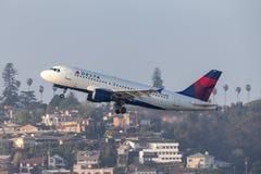 达美航空空中客车A319-114 N336NB离去的圣地牙哥国际机场 图库摄影
