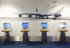 达美航空自已服务报亭在终端4在约翰・肯尼迪国际机场 免版税库存照片
