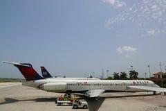 达美航空麦克当诺道格拉斯公司MD-80和全美航空公司在欧文・罗伯茨国际机场喷射在大开曼 图库摄影