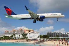 达美航空登陆圣马丁的波音757-200 免版税库存照片