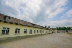 达豪,德国- 2015年7月30日:在看法长的营房大厦之外,一部分的集中营设施 库存照片